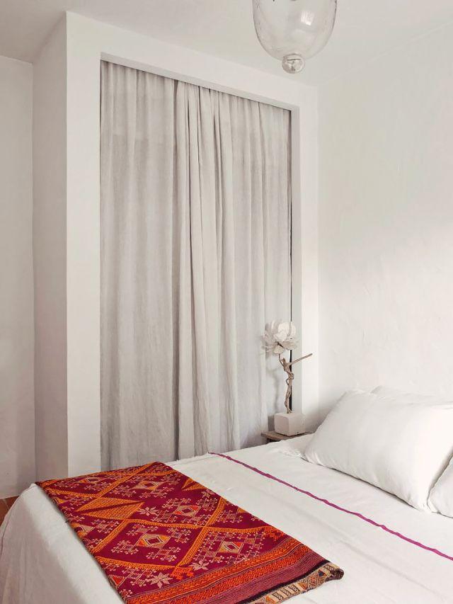 Un dormitorio con un armario muy especial, sin puertas, precioso! #hometour Ibiza