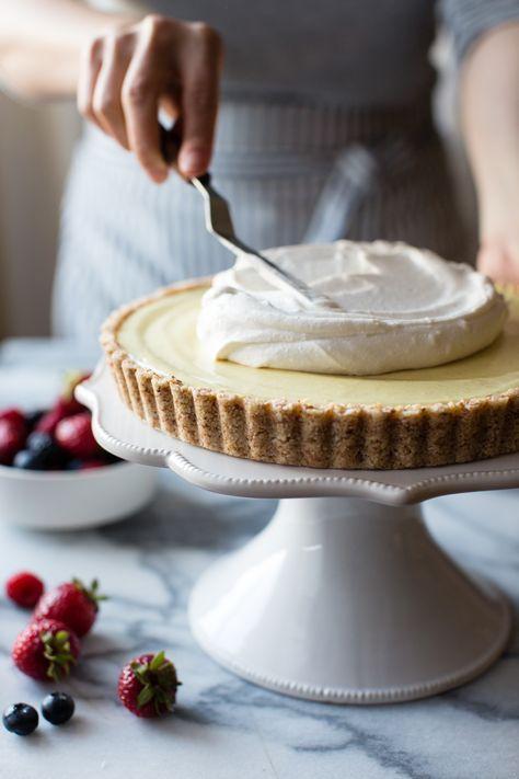Vegan Gluten-Free No-Bake Lemon Berry Coconut Sahne-Torte.