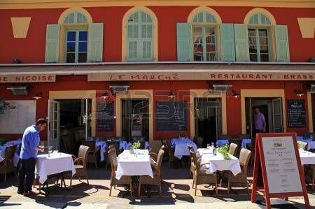 french cafe: Ницца, Франция - 13 мая 2013: Открытый французские рестораны с типичной Нисуаз кухни на Cours Saleya - является наиболее активным и традиционный квадрат в Ницце, с его повседневной цветочного рынка. Кур Салея является одним из самых известных областях рынка и основной атр