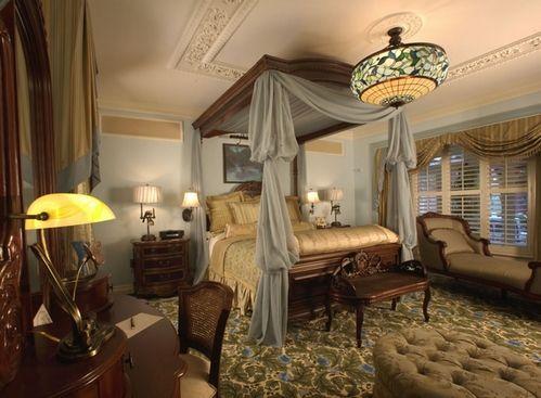 потолок в классической спальне
