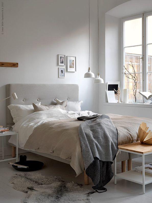 Landelijke slaapkamer: gebruik natuurlijke en witte tinten zoals crème, off white of parelmoer voor een rustige omgeving | IKEA IKEAnederland IKEAnl wooninspiratie inspiratie slaapkamer landelijk parelmoer beige wit BEKKESTUA boxspringcombinatie boxspring VITTSJÖ bijzettafels tafeltjes LINBLOMMA dekbed dekbedovertrek STRIMLÖNN plaid deken grijs KUBBIS hanger kapstok BILD FJÄLLSTA poster posters RIGGAD bureaulamp lamp led RANARP hanglamp