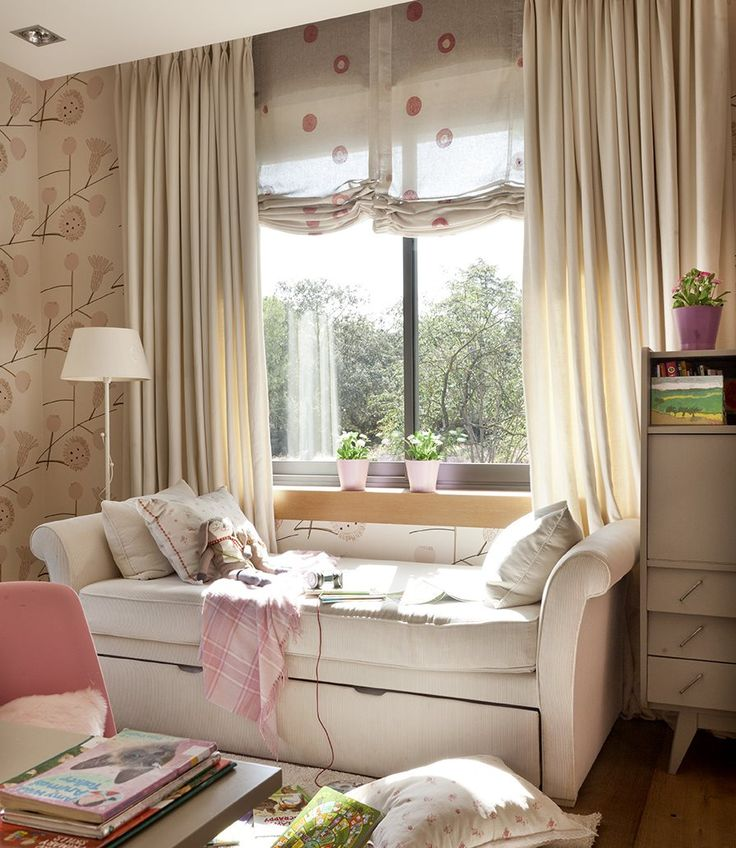 Es su deseo cumplido. Tiene un armario para guardar toda su ropa, un rincón para estudiar y un sofá que se convierte en cama, para poder invitar a sus amigas. Es rosa, sí. Pero muy actual