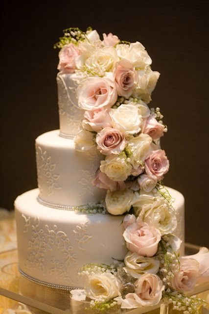 amazing wedding cakes with flowers best 25 cascading flowers ideas on 10736