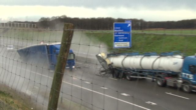Groot alarm in het Nederlandse Limburg: een tankwagen met zoutzuur is opengescheurd op de A73. De stof kan brandwonden veroorzaken en de damp ervan kan de longen zwaar beschadigen. Omwonenden moeten binnen blijven en hun ramen deuren dichthouden. (Beelden: NOS)