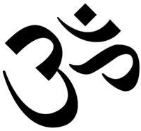 Om (Aum): ősi indiai, tibeti jel, a buddhizmusból eredő szimbólum, de különböző vallásokban is jelen van. A legszentebb mágikus hang, minden mantra közül a leghatalmasabb, mely megvilágosodáshoz, a legfelsőbb létezővel való egyesüléshez vezet. Az Aum hangot képező három betű utal az Isten hármas természetére (teremtő: Brahmá; fenntartó: Visnu; pusztító: Síva) és a három világra(föld, ég, menny), megtestesíti az Univerzum alapeszenciáját, a radzsasz, tamasz és szattwa minőségeit.