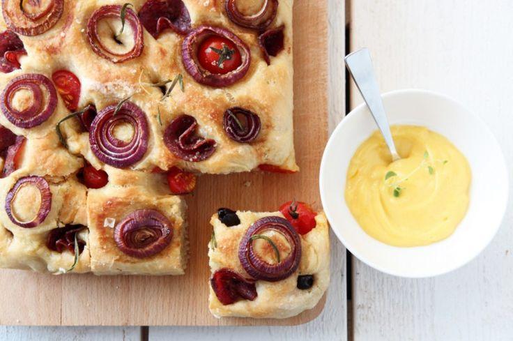 Fylt focaccia med balsamicoløk, tomater og spekemat - med hjemmelaget aïoli