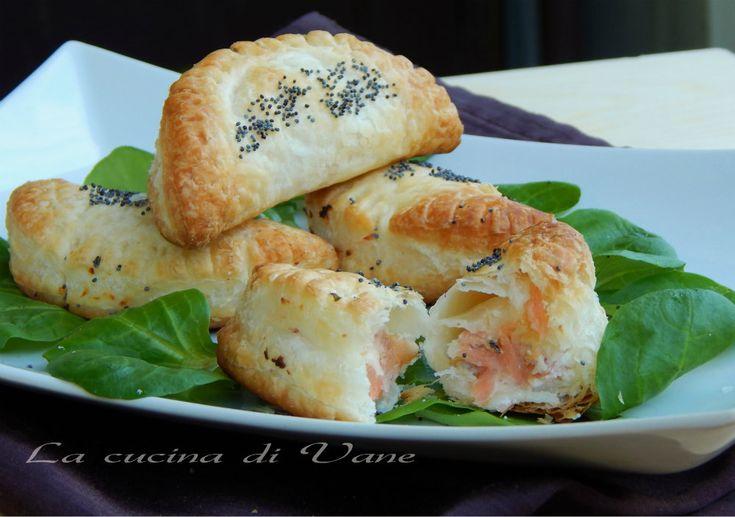 Fagottini ricotta e salmone ricetta finger food di pesce facile e veloce da fare. Questi golosi fagottini si preparano con solo 3 ingredienti.Ricetta natale