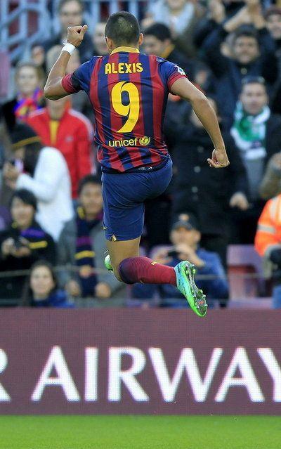 Alexis salta de alegría tras el 1-0, obra suya