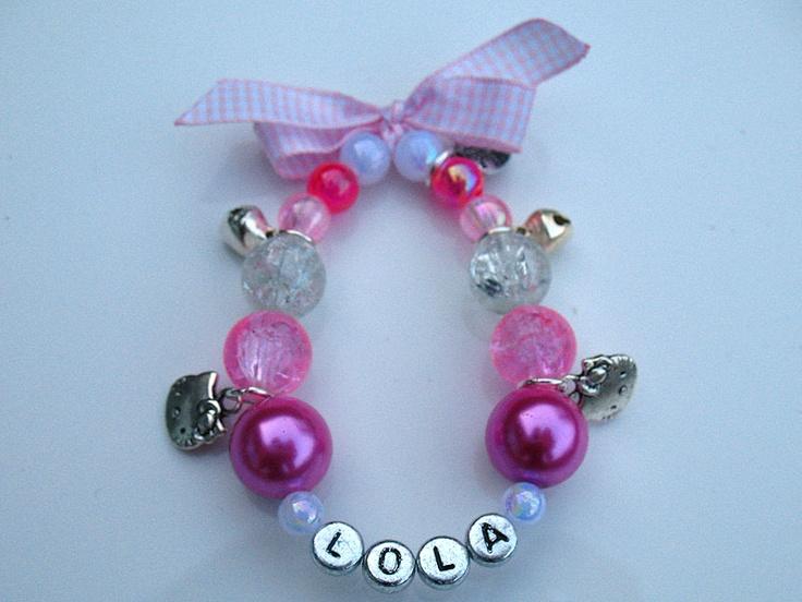 roze armbandje met naam, belletjes en hello kitty bedeltjes