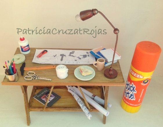EL escritorio en miniatura, en proporción con un pegamento real. Sobre cada escritorio hay un proyecto real en miniatura del dueño y  muchos detalles mas.