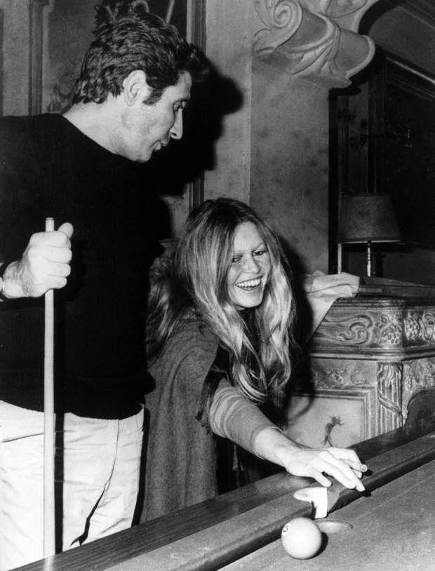 De temps en temps, elle revoit Gilbert Bécaud mais seulement pour jouer au billard américain