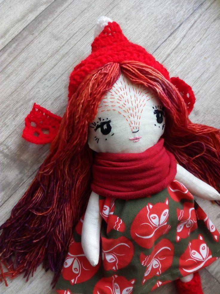 LOLA,+liška+ryšavá+Lola+je+liščí+princezna,+ryšavá+jen+co+to+jde.+Tělíčko+z+plátna,+polyesterová+výplň.+Úpletové+šatičky+z+látky+s+liščím+motivem.+Čepička+i+návelky+jsou+akrylové,+šátek+bavlněný,+recyklovaný.+Vlásky+z+ručně+uruguajské+vlny+Malabrigo+(Mechita+Arcangel),v+úpravě+superwash.+Barevné+rozlišení+může+být+na+vašich+obrazovkách+jiné+než...