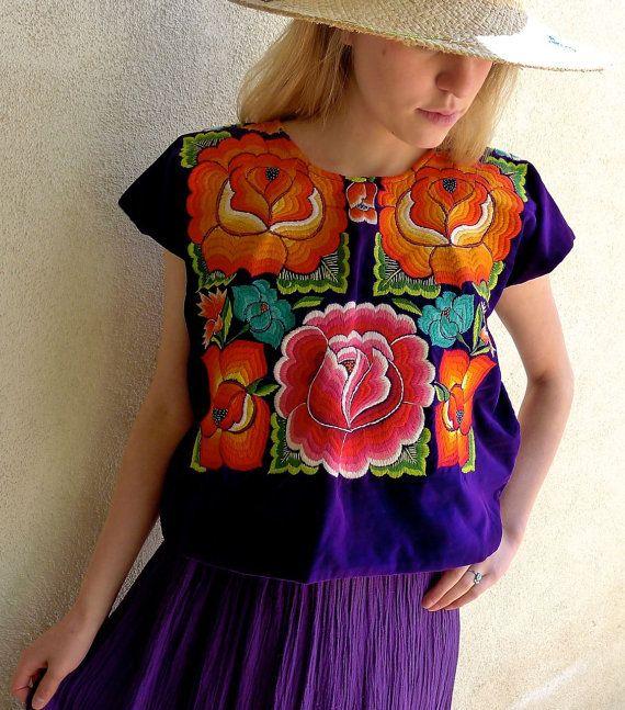 Se trata de una blusa vintage auténtico usada por las mujeres de Tehuantepec/Juchitan Oaxaca. Como una fuerte sociedad matriarcal las mujeres son muy sociales, asistir a muchas de las partes llamada Velas y cambiar sus trajes de gala elaborados por otros nuevos. Es una suerte para usted - como algunos de los estilos más elaborados y más viejas se venden como artículos de coleccionista. Pueden ser ajustados tomando en los lados de la blusa para hacerlos más pequeños. Es una simple costura…