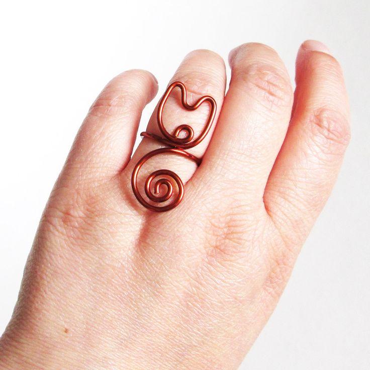 Declare seu amor por gatos usando este lindo e original anel de gatinho! Ele vai realçar o seu estilo casual e alegre. Feito em fio de cobre esmaltado, o anel é regulável e se ajusta em qualquer tamanho de dedo. Uma excelente opção de presente exclusivo e especial! Detalhes: Anel em forma de ...