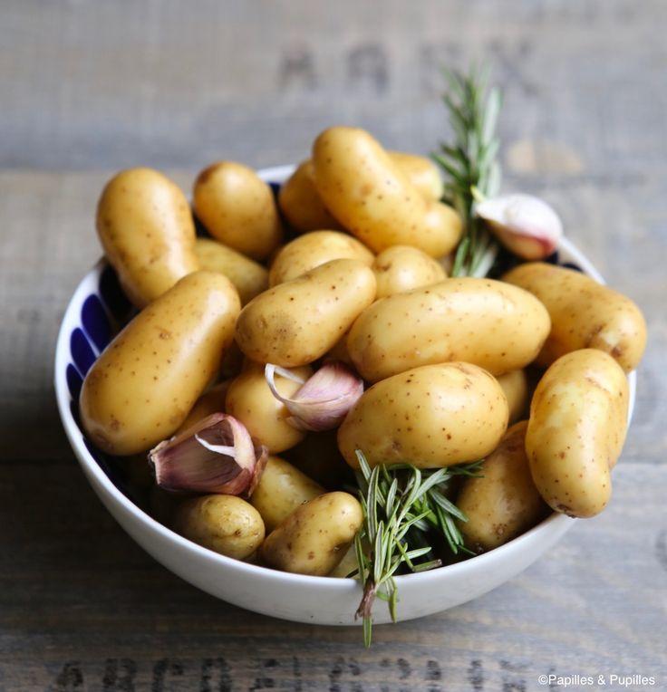 Pommes de terre confites à l'ail et au romarin 750 g de pommes de terre nouvelles 3 gousses d'ail 2 cuillères à soupe d'huile d'olive 20 g de beurre 2 branches de romarin 1 cuillère à soupe de gros sel Lavez et essuyez les pommes de terre et les gousses d'ail.  N'épluchez rien.