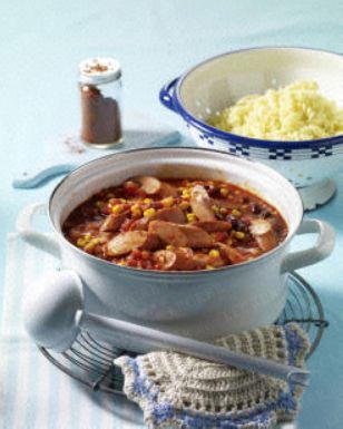 Würstchen-Chili mit Spiralnudeln RezeptZutaten für 4 Personen:      250 g Nudeln (z. B. Spirelli)     Salz     4 Wiener Würstchen (ca. 400 g)     2 Zwiebeln     1 EL Öl     1 Packung (370 g) Tomatenstückchen mit Chilis     1/4 l Gemüsebrühe (Instant)     2 Dosen (à 425 ml) Texas Mix (Mais, Kidney Bohnen, Paprikastücke rot)     Chilipulver