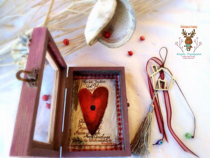 Χειροποίητο γούρι με μεταλλικά στοιχεία & χάντρα, κλεισμένο σε ξύλινο κουτί διακοσμημένο εσωτερικά με ντεκουπάζ και εξωτερικά με μεταλλικά στοιχεία και κορδέλα.