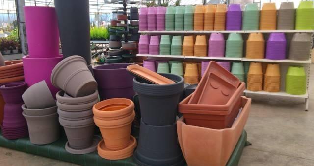 Gros pots en plastique ou poteries  http://www.lejardindechauffin.com