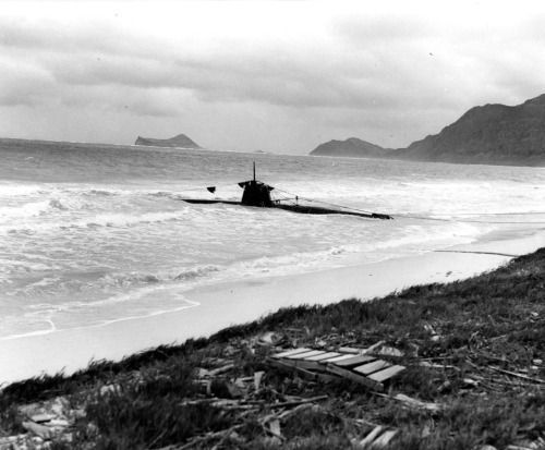 """""""Japanese Type A midget submarine beached in eastern Oahu, after it unsuccessfully attempted to enter Pearl Harbor during the 7 December 1941 Japanese attack. The photograph was taken on or shortly after 8 December 1941.""""  (NHHC: 80-G-32680)"""