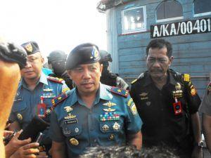 WinNetNews.com - Tiga WNI hanyut di laut Batam berhasil diselamatkan anggota Tim WFQ Response Pos Angkatan Laut Lagoi, Kabupaten Bintan. WNI itu tenggelam setelah kapal cepat yang ditumpanginya bersama 30 orang lain di Batam bocor. Berdasarkan hasil penyelidikan 33 WNI itu berniat berlayar ke Malaysia