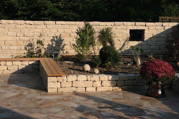 Gemauerte Jura Mauer Als Massiver Sichtschutz Und Trockenmauer Aus Jura Als Beeteinfassung Und Sitzmoglichkeit Gartengestaltung Windschutz Terrasse Garten