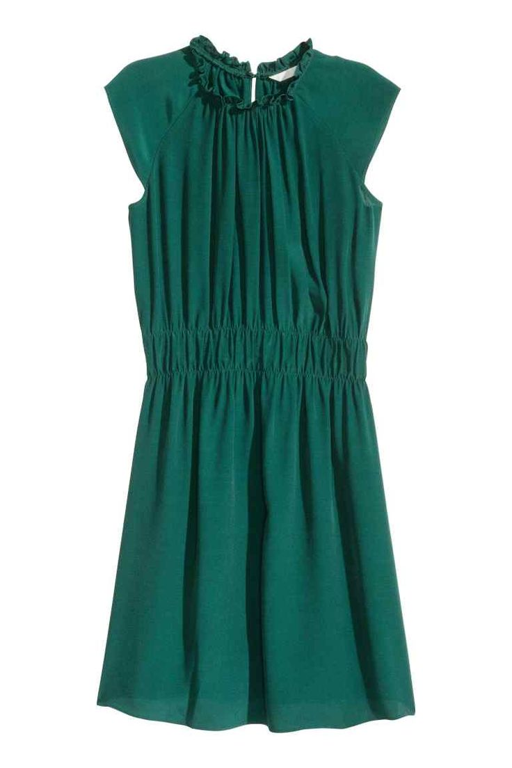 Crinkled dress: Short dress in a crinkled viscose weave with short raglan sleeves, a gathered edge around the neckline, an opening with a button at the back of the neck and wide elastication at the waist. Unlined.