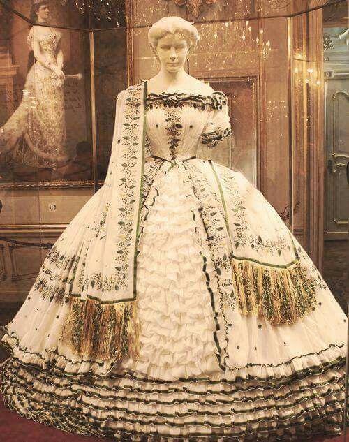 Elisabeth wore this gown at her farewell to Bavaria, April 20, 1854. Elisabetta indossò questo vestito quando se ne andò dalla Baviera,dopo il fidanzamento con Francesco Giuseppe, 20 Aprile 1854