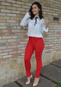 Calça vermelha combina com sapato nude e camisa branca, a calça vermelha (red pants) é o ponto focal do look, portanto não exagere nos acessórios, gosto também com listras, fica super fashion.