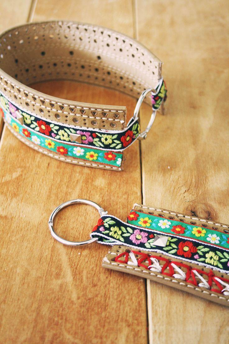 Cortar dos trozos de cinturón, pegar las tiras de tela con pegamento; hacer dibujos en los agujeros del cinturón, con hilo; hacer presillas al final con la tira de tela y poner dos arandelas de las que se abren y cierran, para quitar y poner.