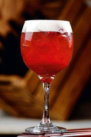 Dunkerque: coberto com o creme da bebida, tem na mistura vodca, purê de morango e xarope de gengibre