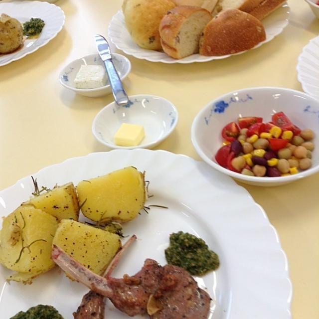 翻訳ミステリーに出てくる料理を作って食べる会にて。付け合わせはポテトのローズマリー焼き、豆のサラダ。 - 4件のもぐもぐ - ラムチョップのミントソース by 熊猫