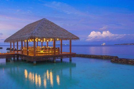 Kurumba Maldives; de perfecte plek om met een cocktail in de hand de zon in het water te zien zakken.