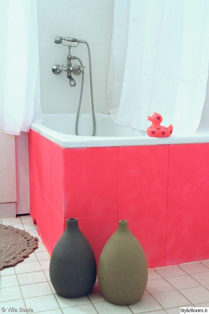 Kamicha:n kylpyhuoneessa ammeen väri on ankan mukaan. #kylpyhuone #kodinsisustus #amme #homedecor #wc #pink