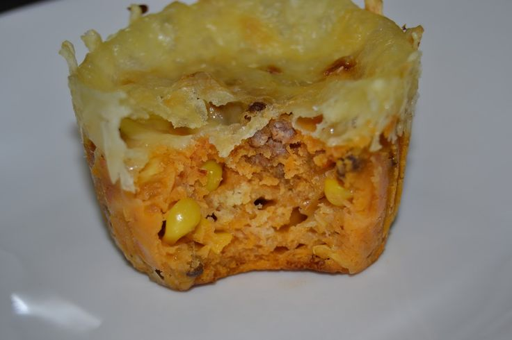 Pizza i muffinsformer med fyll av kjøttdeig