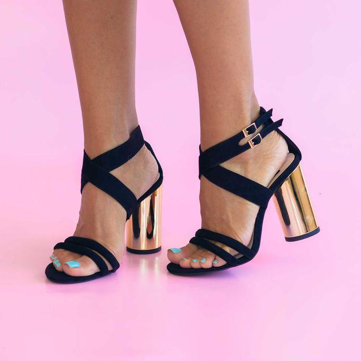 Sandale de dama Mineli Celestesunt realizate din piele naturală ]ntoarsăși toc auriu. Se pot realiza pe diferite culori. Înălțime toc: 9 cm