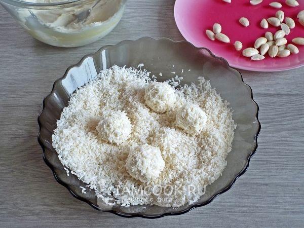 Обвалять конфеты в кокосовой стружке