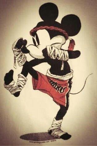 Até você Mickey Mouse doing Muay Thai.