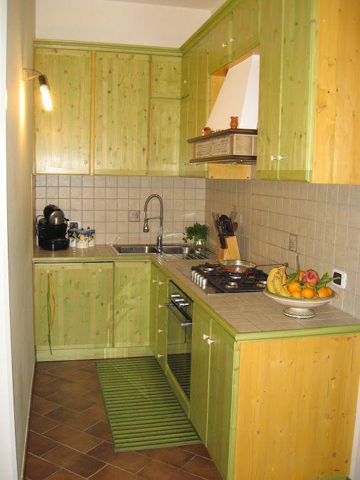 cucina ad angolo in massello di abete con piano in mattonelle 10x10 lavello ad angolo