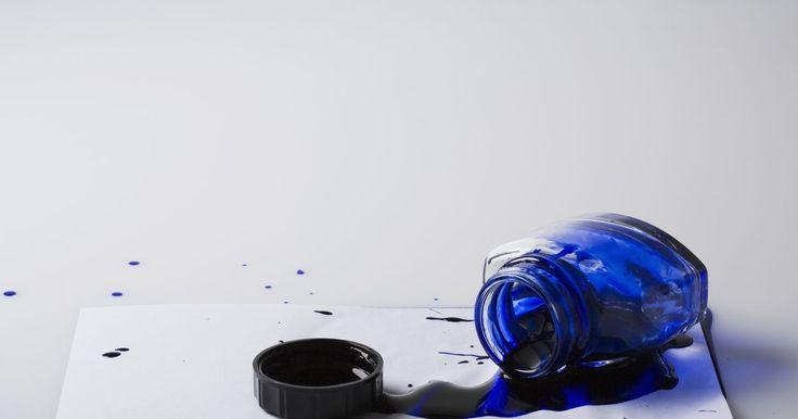 Cómo quitar una mancha de tinta de una mesa de madera. Una mancha de tinta sobre una mesa de madera puede disminuir la apariencia de la superficie entera. Si tienes una mancha de tinta de un periódico, pluma o rotulador, la puedes eliminar con una variedad de métodos. Algunas mesas de madera pueden ser delicadas, por lo que puede que tengas que probar diferentes métodos para encontrar el que funciona ...
