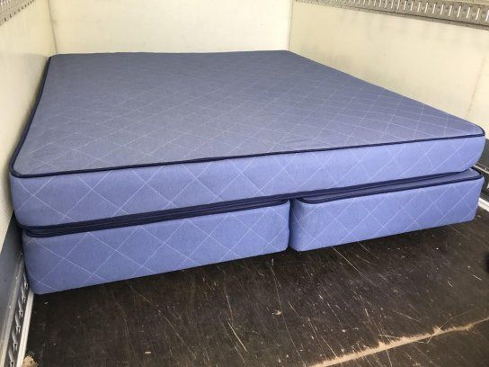 två st bruna skin höj och sänkbara sängar 90 blå dubbelsäng 180 grå dubbelsäng 180 alla med bädmatrass nyskick 850:- se bilder