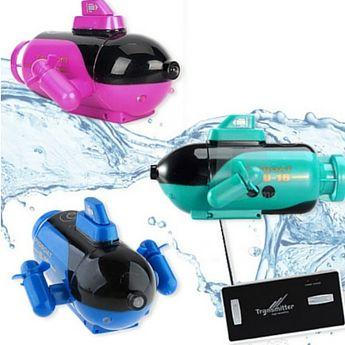 www.leukverjaardagsfeestje.nl Bestuurbare Mini Submarine   Deze schattige en kleurrijke onderzeeërs zijn van afstand bestuurbaar en duiken op jouw commando! Door middel van de meegeleverde afstandsbediening kan je zelf aangeven waar de boot heen moet. Naast omhoog en omlaag kan de submarine ook nog eens de bocht om, zowel links als rechts, eigenlijk kan je er alle kanten mee op. De onderzeeërs zijn verkrijgbaar in 3 leuke kleuren.  Prijs € 17,95