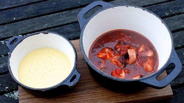 Bläckfiskgulasch med polenta. Foto: Meny i P1