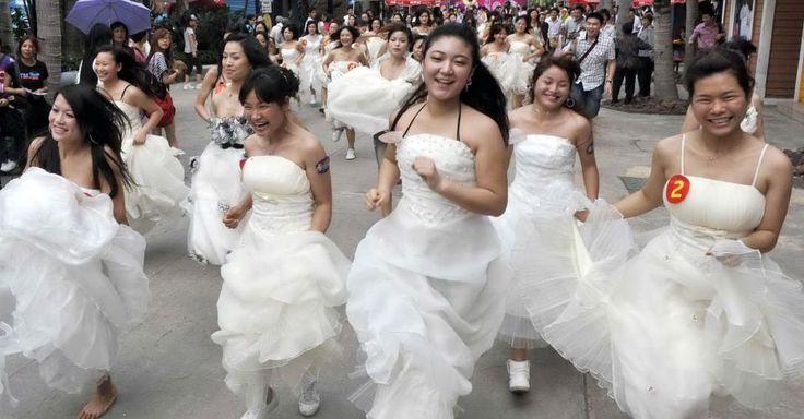 Cerca de cem mulheres vestidas de noiva participaram nesta segunda-feira (8) de uma corrida anual ao redor de um parque da província de Guangdong, na China, para marcar o Dia Internacional da Mulher. A corrida tradicional já faz parte do calendário do dia das mulheres na cidade.