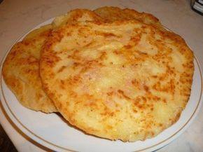 Co řeknete na chutný oběd, který máte připravený za pár minut? Na 2 menší placky nebo 1 velkou placku budete potřebovat pouze 1 lžíci bílého jogurtu, 1 lžíci strouhaného sýra a 2 lžíce hladké mouky. Samozřejmě můžete přidat i šunku, plesnivý sýr, houby nebo jiné suroviny na zvýraznění chuti, ale s obyčejnou šunkou nebo salámem jsou tyto placky nejlepší.