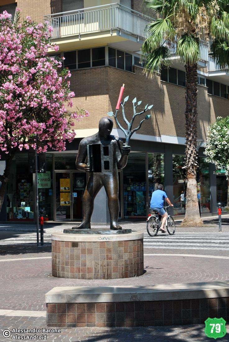 Statua in Via Secondo Moretti #SanBenedettoDelTronto #Marche #Italia #Italy #Viaggio #Viaggiare #Travel #AlwaysOnTheRoad