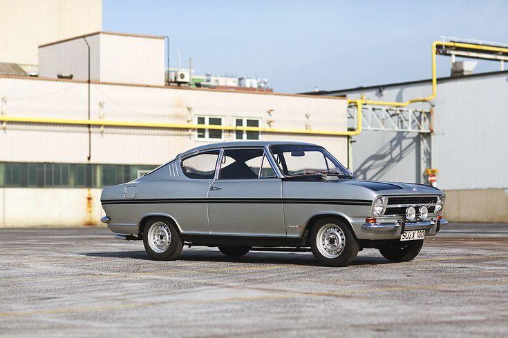 Opel Kadett B Rallye - 1966 machte Opel alles richtig: Der erst ein Jahr alte Kadett B bekam matte Hauben und Streifen. Dazu einen großen Drehzahlmesser, Holz(look)lenkrad, Zusatzscheinwerfer und Sportfelgen – fertig war der Rallye-Kadett. Ein riesiger Erfolg.Der Nachfolger Kadett C GT/E führte das Rezept mit mehr Leistung fort, hatte aber mit dem moderneren Golf GTI einen scharfen Kontrahenten.
