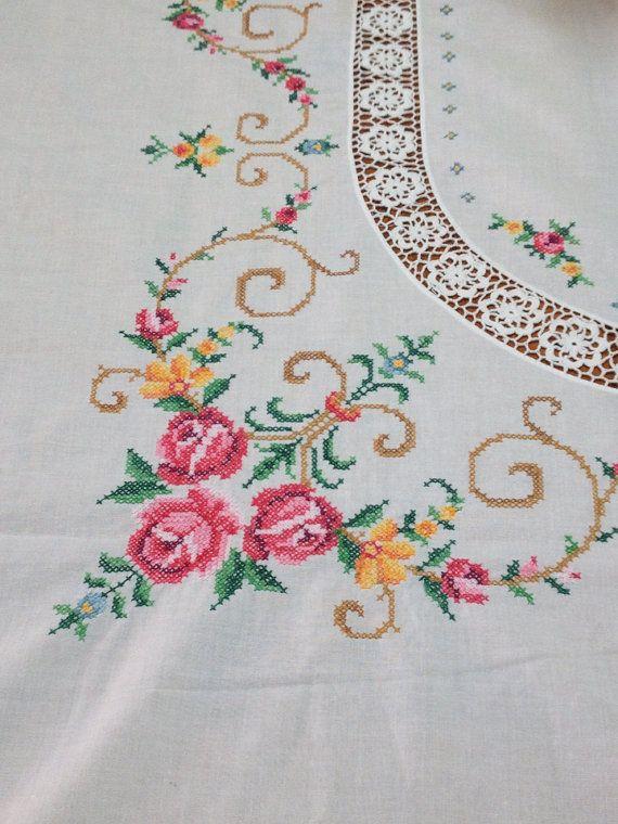 Vintage embroidered cross stitch tablecloth por HerminasCottage