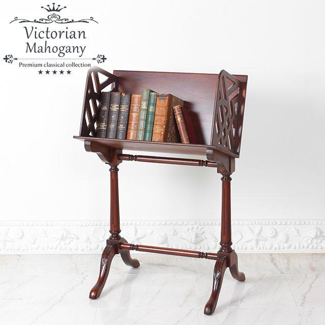 """ヴィクトリアンシリーズ】 ハイクラスなホテルやレストランで使われているような家具に使われる、高級木材マホガニーを使用したアンティーク復刻家具の""""ヴィクトリアン""""シリーズ。 ---アンティーク家具を復刻--- アンティーク家具の美しいデザインをそのままに復刻しました。 アンティーク家具らしい雰囲気はラグジュアリーな大人の空間の演出にぴったりです。 ---消費税・送料込みでさらにお買い得--- ヴィクトリアンシリーズは消費税・送料込み(一部地域を除く)でのご案内となります。 なかなか手の出なかった高級アンティーク調家具をぜひご検討ください。   本や雑誌の収納におすすめのブックスタンド(ブックラック)です。 エレガントなデザインと色で大人の空間を演出。 品 名ヴィクトリアンシリーズ  英国調 ブックスタンド  W 60cm x D 46cm x H 96cm  MG312  #イギリス #アンティーク #アンティーク家具 #ブックスタンド"""