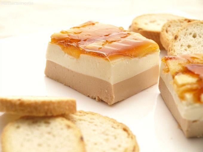 Esta receta está riquísima tiene una presentación espectacular con una capa de Foie ,queso y manzana caramelizada q combinan de maravilla. Rico ….rico  Ingredientes:(para 36 unidades) – 7 hojas de gelatina (14 gr.) – 100 gr. de agua y un poco más para hidratar la gelatina –½ o 1 manzana pelada y cortada …