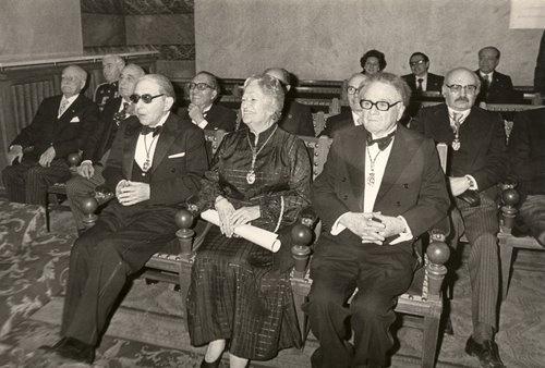 En el acto de su ingreso en la Real Academia Española. De izquierda a derecha, Gonzalo Torrente Ballester, Carmen Conde y Manuel de Terán. En la fila posterior, Emilio Alarcos y Rafael Lapesa. Madrid, 28 de enero de 1979.
